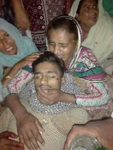 Arsalan Masih's mother mourns over his body.