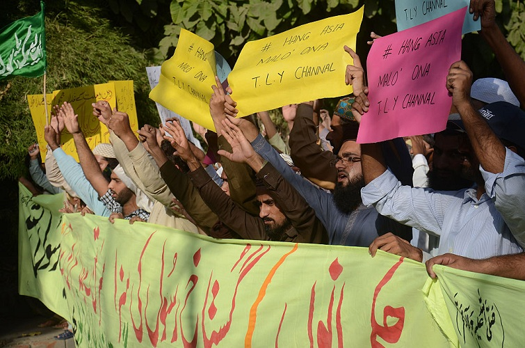 2016/10/13: Pakistani Sunni Muslims from a religious group protest against Asia Bibi, a Christian woman facing death sentence for blasphemy, in Lahore.