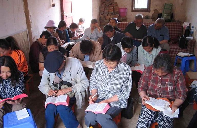 chinese-christians-reading-bible-china-house-church