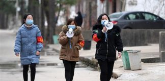 Staff give information on the prevention and control of the novel coronavirus in Hantang Village in Nanchang County, east China's Jiangxi Province, Feb. 3, 2020. Photo: (Xinhua/Wan Xiang)