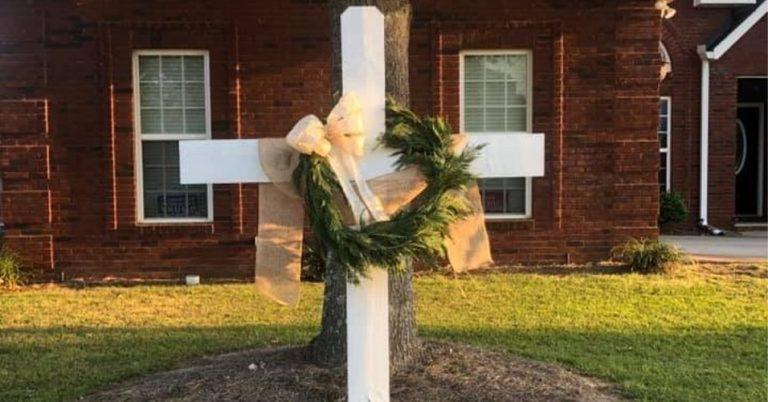'Faith over Fear': Thousands Place Crosses in Yards to Celebrate Hope amidst COVID-19